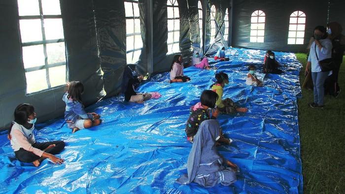 Sejumlah anak pengungsi korban gempa bumi mengikuti  kegiatan