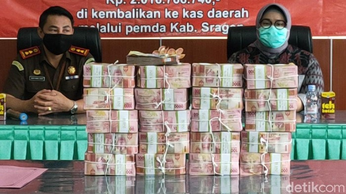 Tumpukan duit Rp 2,016 miliar sitaan dari kasus korupsi proyek ruang operasi RSUD Sragen yang dikembalikan Kejari Sragen ke Kas Daerah, Selasa (19/1/2021)