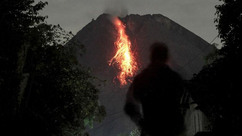 Guguran lava dari puncak Gunung Merapi terlihat dari Turi, Sleman, D.I Yogyakarta, Rabu (20/1/2021). Balai Penyelidikan dan Pengembangan Teknologi Kebencanaan Geologi (BPPTKG) mencatat pada periode pengamatan Senin (20/1) pukul 00.00-06.00 WIB telah terjadi tiga kali awan panas guguran Gunung Merapi dengan jarak luncur maksimal 1.200 meter dan teramati 47 kali guguran lava pijar. ANTARA FOTO/Hendra Nurdiyansyah/foc.