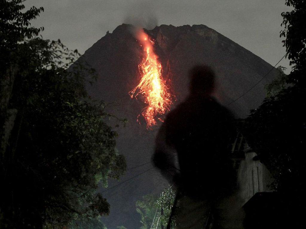 Wisatawan Dilarang Berkerumun Saat Melihat Lava Pijar Gunung Merapi