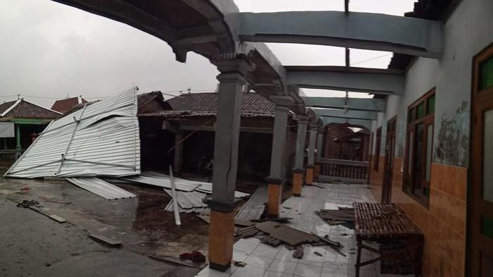 Atap rumah rusak diterjang angin di Sukoharjo, 20/1/2021