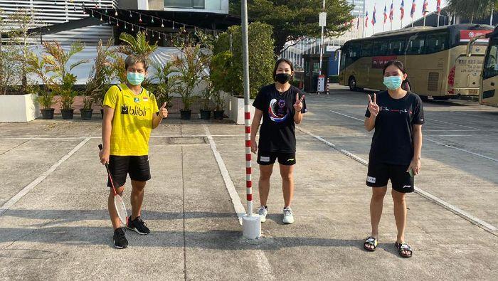 Pebulutangkis Indonesia berjemur di Bangkok, Thailand.