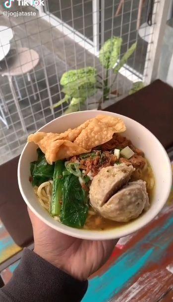 Bule Jualan Mie Ayam di Yogyakarta
