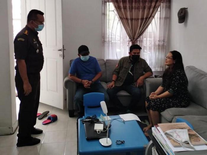 Tim Gabungan Tabur (tangkap buronan) menangkap Dewi Susiana Effendy (46). Ia terlibat kasus korupsi pemberian fasilitas kredit modal kerja di Bank NTT senilai Rp 128 miliar.