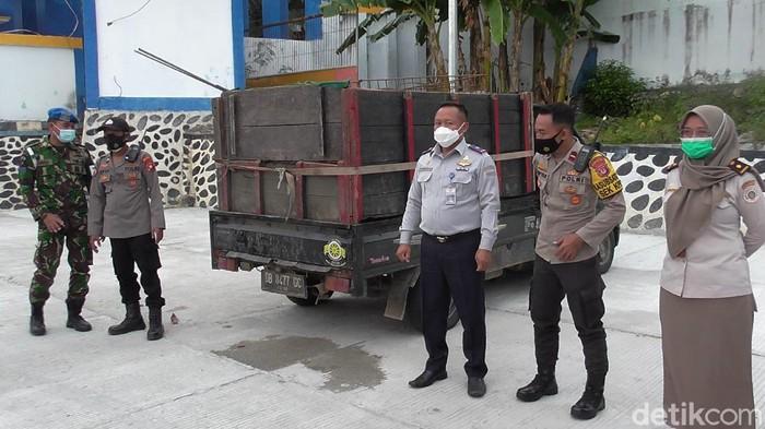 Daging anjing asal Sulteng yang tiba di Gorontalo dikembalikan (Ajis/detikcom).
