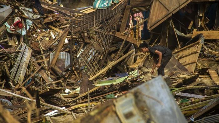 Sejumlah perabot rumah tangga berserakan di tanah akibat banjir bandang di Desa Alat, Kecamatan Hantakan,Kabupaten Hulu Sungai Tengah, Kalimantan Selatan, Rabu (20/1/2021). Berdasarkan data bencana alam banjir Badan Penanggulangan Bencana Daerah (BPBD) Kabupaten Hulu Sungai Tengah pada Selasa (18/1/2021) sebanyak 57.624 jiwa terdampak banjir serta sembilan warga dinyatakan meninggal dunia dan enam lainnya hilang. ANTARA FOTO/Bayu Pratama S/foc.