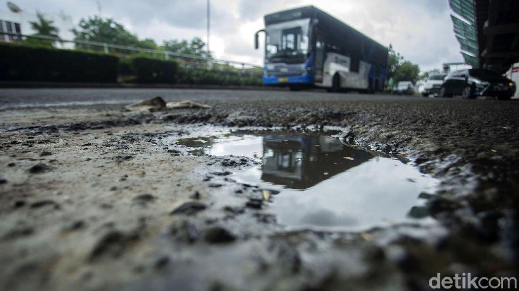 Hati-hati! Jalan MT Haryono Arah Gatot Subroto Bopeng