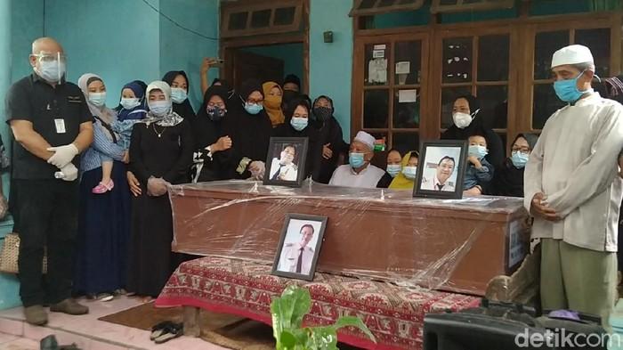 Jenazah Capt Didik Gunardi, pilot Nam Air korban Sriwijaya Air SJ182 jatuh tiba di rumah duka di Pekalongan, Rabu (20/1/2021)