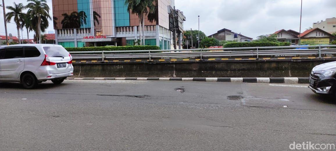 Jl MT Haryono arah Pancoran rusak bolong-bolong. (Taufieq Renaldi Arfiansyah/detikcom)