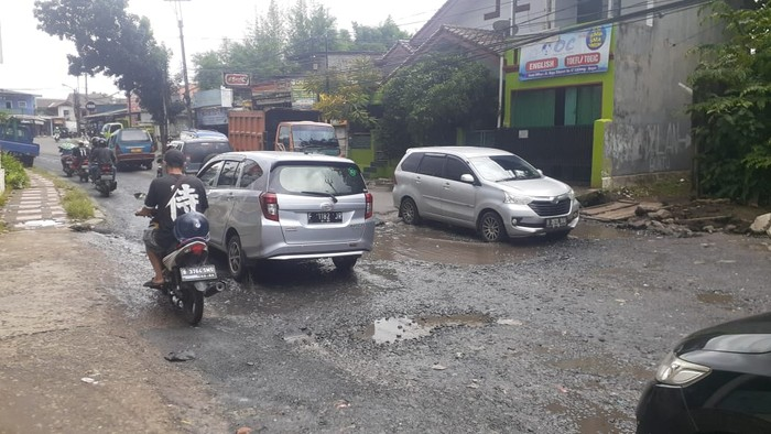 Jl Raya Cikaret, Cibinong, Kabupaten Bogor, rusak dan berlubang. (Afzal Nur Iman/detikcom)
