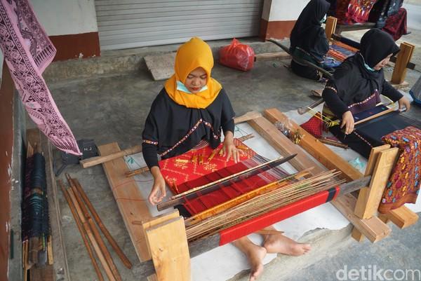 Desa Sukarara memiliki ribuan penenun. Jika tiap rumah punya empat orang anggota perempuan maka di sana akan ada empat alat tenun. Konon, jika wanita belum bisa menenun maka ia belum bisa menikah dan itu dianggap sebagai syarat utama.