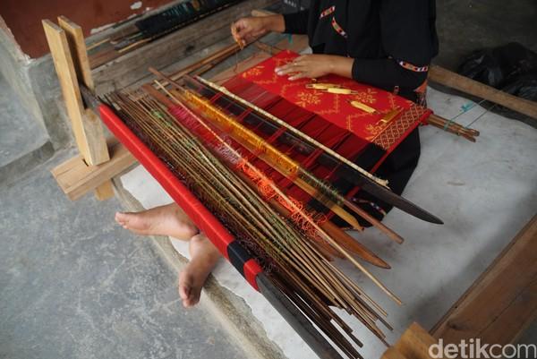 Semakin rumit motif tenun maka semakin banyak bilah kayu pemisah benang dan semakin berat alatnya, kata Rina.
