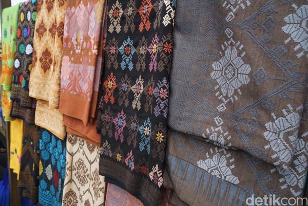 Keistimewaan kain tenun Desa Sukarara motifnya ada di kepala. Nggak meniru dari tenunan lain atau njiplak atau pakai motif gambar di kertas. Orisinil, imbuh dia.