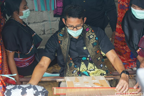 Dalam kesempatan ini, Menparekraf Sandiaga Uno ikut menjajal menenun. Melihat kesulitan yang ada, ia meminta agar turis yang membeli tak terlalu menawar hasil tenunan.