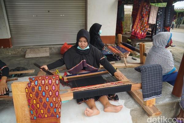 Rata-rata bikin tenunan ini dari tiga minggu sampai lima bulan. Harga Rp 300 ribu sampai jutaan, kata Rina, tukang tenun dari Desa Sukarara, Lombok Tengah, NTB.