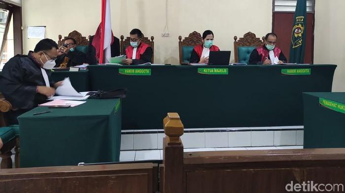Sidang kasus pembakaran mobil Via Vallen kembali digelar. Dalam sidang dengan agenda pembacaan tuntutan dari Jaksa Penuntut Umum (JPU), terdakwa Pije (41) dituntut 3 tahun penjara.