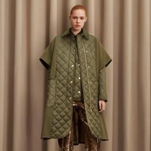 10 Koleksi Burberry Pre Fall 2021, Seragam Outdoor Ala Sang Desainer