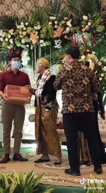Kondangan Bawa Sembako untuk Hadiah Temannya