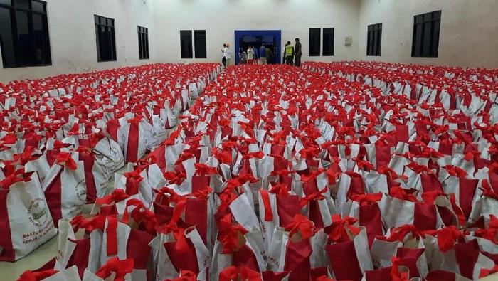Korban Banjir Kalsel Dapat 9.000 Paket Sembako, Ini Isinya