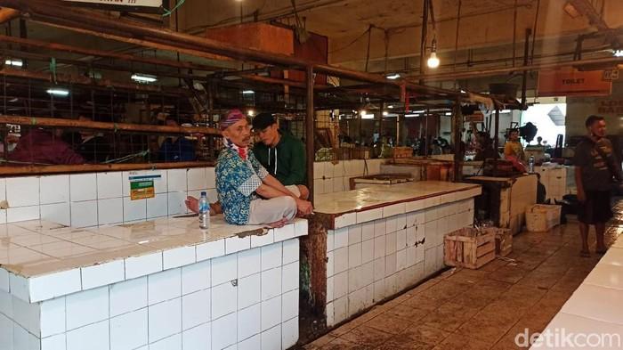 Pedagang daging sapi hari ini mulai melakukan mogok jualan. Aksi tersebut dilakukan lantaran harga komoditas tersebut naik drastis di sisi hulu sehingga pedagang kesulitan menjualnya. Pantauan detikcom, Rabu (20/1/2021) di beberapa pasar, lapak pedagang daging sapi  memang benar-benar kosong melompong. Misalnya saja Pasar Cibubur, Jakarta Timur, tak ada potongan daging segar yang digantung ataupun diletakkan di lapak beralaskan ubin.