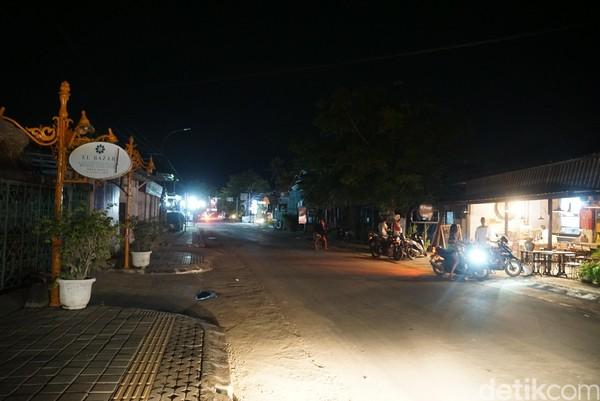 Masih ada beberapa turis, biasanya mereka yang sudah tinggal dari Bali, kata Herman, penduduk lokal yang bekerja di salah satu hotel di Mandalika.