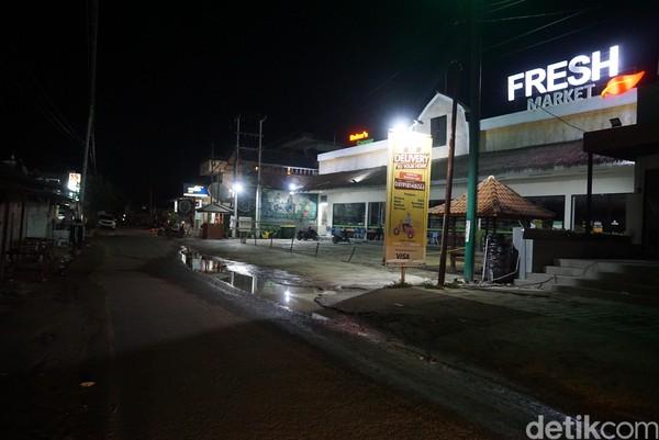 Mandalika-Gili Trawangan sudah seperti kawasan Legian-Seminyak kalau di Bali. Pertokoan dan restoran di sini juga sudah banyak yang tutup.