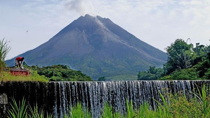 Asap sulfatara mengepul disertai guguran material vulkanik dari puncak gunung Merapi di foto dari Desa kaliurang, Srumbung, Magelang, Jawa Tengah, Rabu (20/1/2021). Pihak Balai Penyelidikan dan Pengembangan Teknologi Kebencanaan Geologi (BPPTKG), melalui situs resminya menyatakan Gunung Merapi sudah mengalami erupsi sejak 4 Januari 2021 berupa erupsi efusif yaitu guguran lava pijar dan awan panas sejauh maksimal 1.800 meter. ANTARA FOTO/Anis Efizudin/foc.