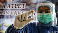 Tenaga medis RSD Wisma Atlet Kemayoran mulai divaksin COVID-19. Vaksinasi kepada ribuan tenaga kesehatan itu dilakukan bertahap.
