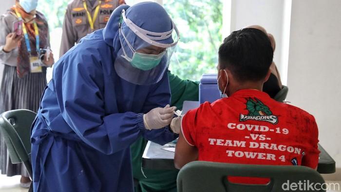 Vaksinasi COVID-19 terhadap tenaga medis di RSD Wisma Atlet Kemayoran mulai dilakukan, Rabu (20/1/2021). Vaksinasi kepada ribuan tenaga kesehatan itu dilakukan bertahap.
