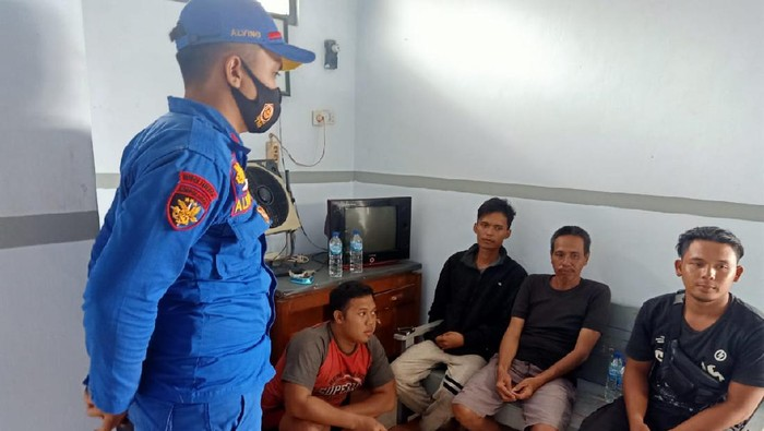 Para ABK Tugboat yang selamat usai terombang-ambing 12 jam di perairan Batang, Jawa Tengah, Rabu (20/1/2021).