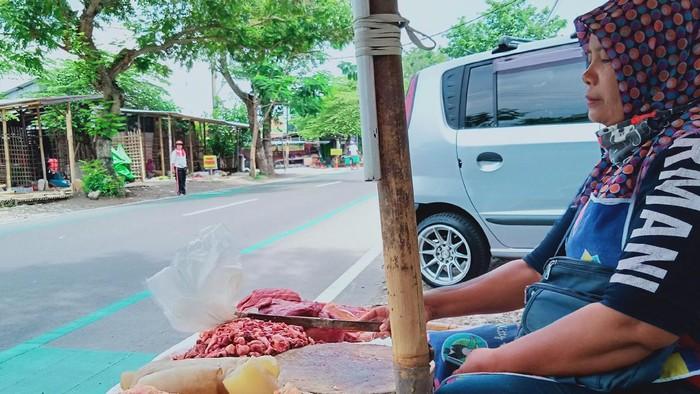 Pedagang daging sapi menunggu pembeli di jalan Kopral Sayom, Klaten