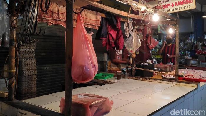 Aksi mogok jualan juga dilakukan pedagang daging sapi di Pasar Bintaro Sektor 2. Aksi itu dilakukan lantaran harga daging sapi naik drastis di sisi hulu sehingga pedagang kesulitan menjualnya.