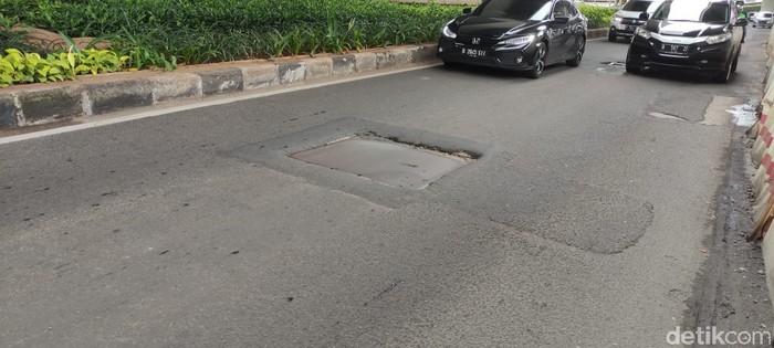 Penutup gorong-gorong di Jl Gatsu Jakarta tidak rata. (Taufieq RA/detikcom)