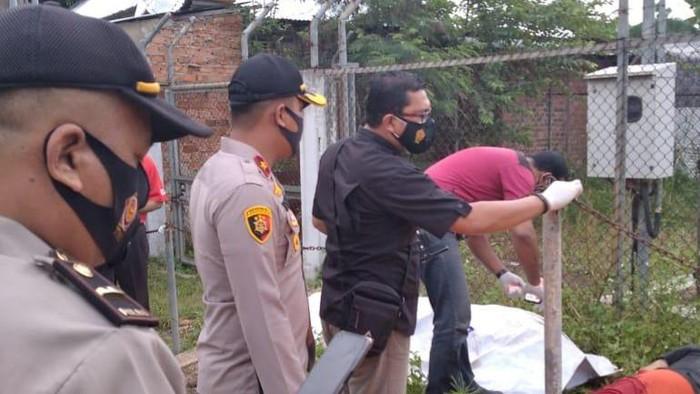 Polisi melakukan olah TKP kasus pembunuhan terhadap kakek Ibrahim (65) yang dilakukan kuli bangunan berinisial JK (dok Istimewa)