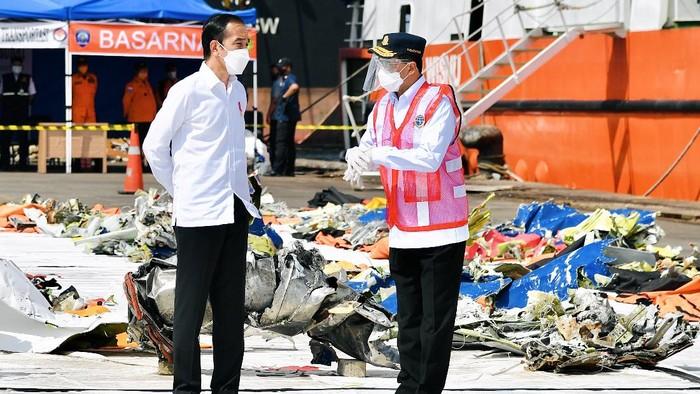 Presiden Joko Widodo (kiri) berbincang dengan sejumlah ahli waris dari korban kecelakaan pesawat Sriwijaya Air PK-CLC nomor penerbangan SJ 182 rute Jakarta-Pontianak di Posko Darurat Evakuasi di Dermaga JICT II, Pelabuhan Tanjung Priok, Jakarta, Rabu (20/1/2021). ANTARA FOTO/Setpres/Laily Rachev/Handout/wsj.