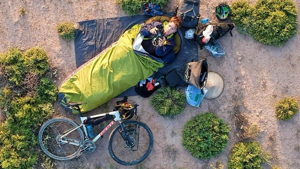 Perjalanan Josh dimulai di Shanghai, dia membawa alas tidur tiup dan keranjang untuk menyimpan pakaian hingga perlengkapannya. Dalam perjalanan gelombang panas yang terik pun dia lewati, seringkali dia beristirahat di kantong tenda tanpa tenda.