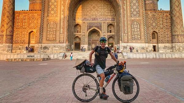 Dikutip dari Lonely Planet oleh detikcom, seorang petualang bernama Josh Reid mampu menempuh jarak sejauh 9.300 mil dengan sepeda barunya. Lelaki ini memang sangat menyukai bersepeda sejak kecil.