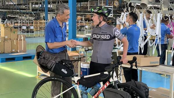 Tahun lalu, dia memesan sebuah sepeda di sebuah pabrik China. Josh yang berasal dari Inggris memutuskan untuk mengambil sendiri sepedanya. Uniknya, dia pun pulang dengan gowes sepeda yang baru dibelinya itu.
