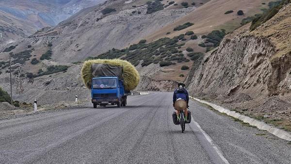 Bukannya mengambil jalur gurun datar melalui Kazakhstan, Josh berbelok di sepanjang salah satu jalan terliar dan tertinggi di dunia, yaitu Jalan Raya Pamir. Satu titik ketinggiannya mencapai 15.000 kaki.