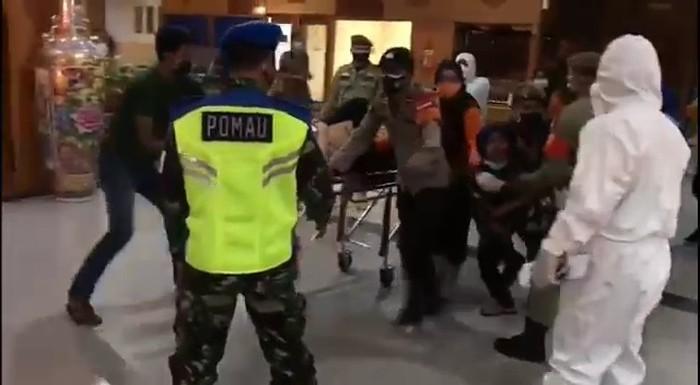 Screenshot video wanita histeris kejar keluarga saat dibawa ke RS di Medan (dok. Istimewa)