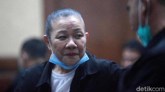 Terdakwa korupsi L/C fiktif Bank BNI Kebayoran Baru, Maria Pauline Lumowa tersenyum santai saat menunggu sidang di Pengadilan Tipikor, Jakarta Pusat, Rabu (20/1/2020). Rencananya, agenda sidang mendengarkan pembacaan eksepsi (keberatan terdakwa atas surat dakwaan) berlangsung pukul 13.00 WIB namun hingga pukul 16.00 WIB belum juga dimulai.