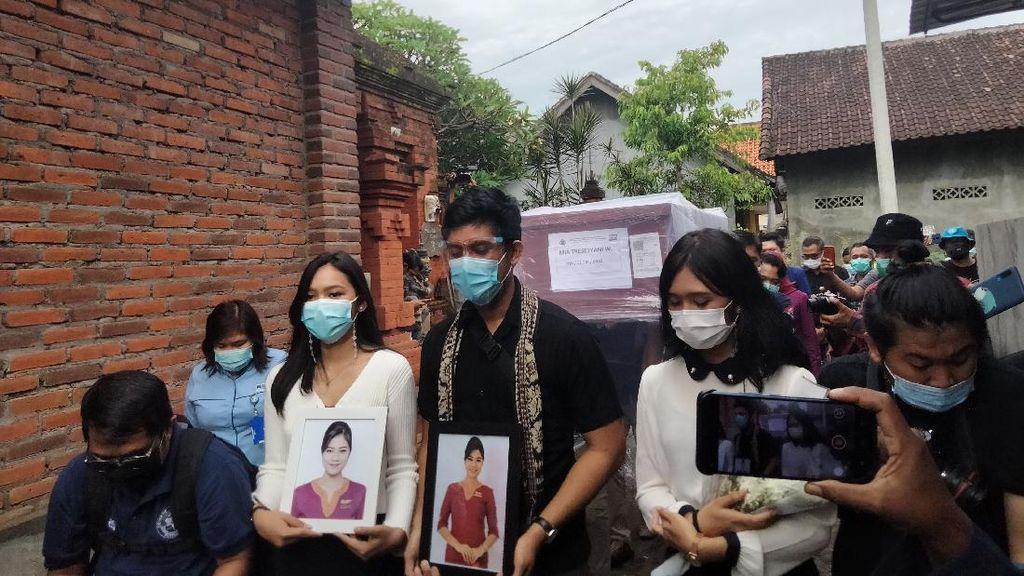 Isak Tangis Keluarga Sambut Jenazah Pramugari Sriwijaya Air SJ182