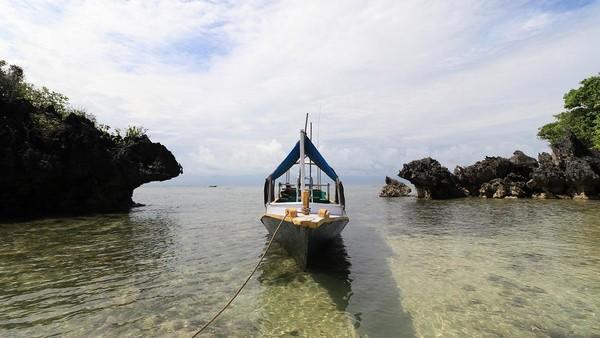 Tanjung Gaang bisa traveler datangi jika ingin melihat ikan ikan yang bersembunyi di rangkaian karang. Airnya begitu jernih! (Disparbud Gresik)