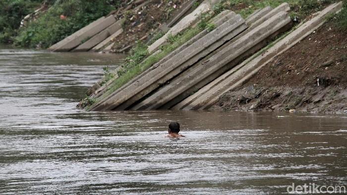 Kondisi tiang pancang yang mangkrak di bantaran sungai Ciliwung menjadi pemandangan yang tidak mengindahkan