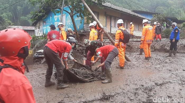 Tim gabungan membersihkan sisa lumpur dan batu di lokasi banjir bandang