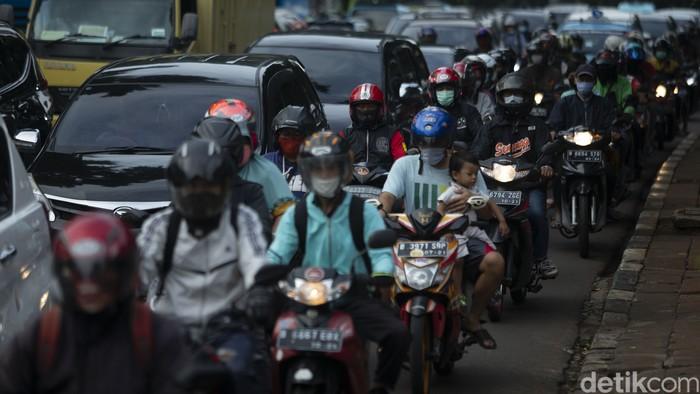 Pengendara melintas di Ruas jalan Jakarta, Rabu (20/1/2021). DKI Jakarta keluar dari daftar 10 kota termacet dunia.