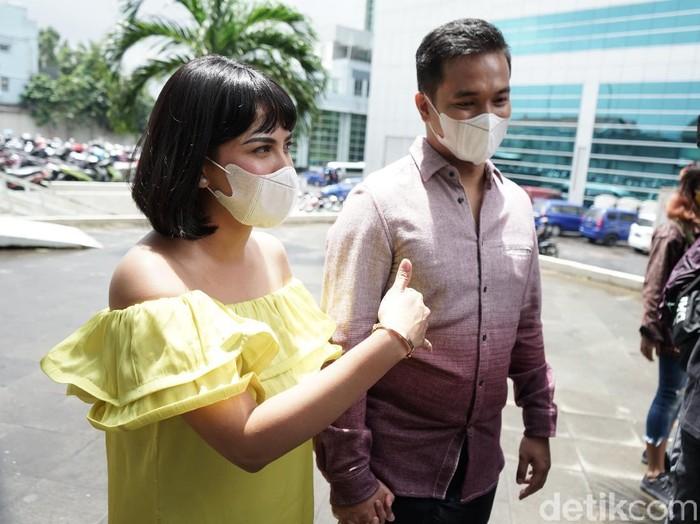 Artis Vanessa Angel bersama suaminya Bibi Ardiansyah saat ditemui dikawasan Tendean, Jakarta, Rabu, (20/1).