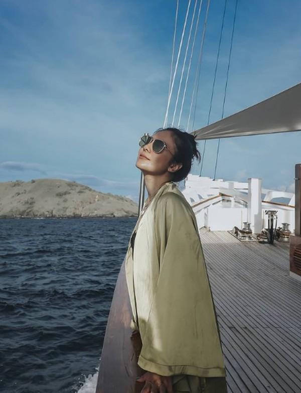 Berpose di atas kapal, Wulan memuji keindahan laut dan keramah-tamahan kapal di perairan Labuan Bajo. (wulanguritno/Instagram)