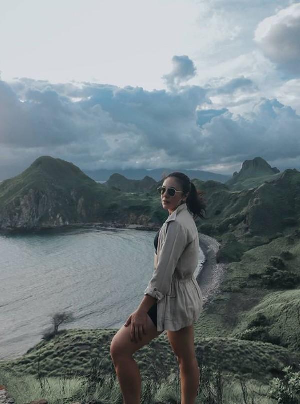 Wulan berpose di Pulau Padar. (wulanguritno/Instagram)