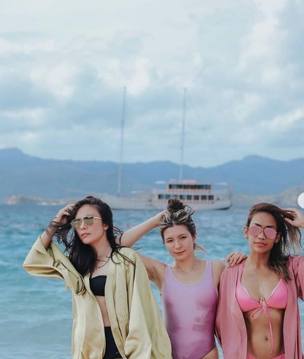 Wulan Guritno berpose di Pantai Pink. (wulanguritno/Instagram)